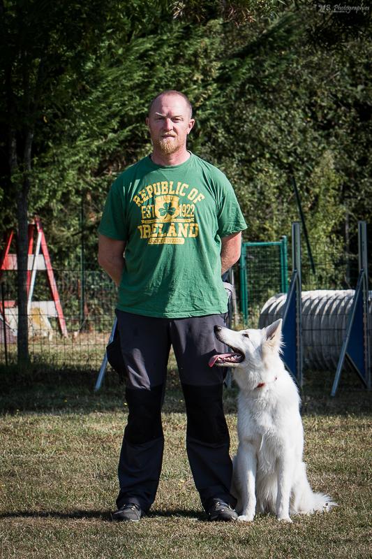 La position de base, c'est à dire le chien au pied à gauche du conducteur le regard tourné vers celui ci, est la base de la technique. Sur la photo, Romuald et Jaimie qui préparent la Classe 1.